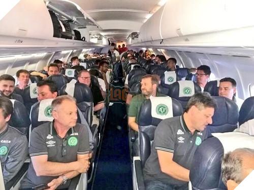 Máy bay chở đội bóng Brazil rơi ở Colombia, 76 người chết - Ảnh 4.