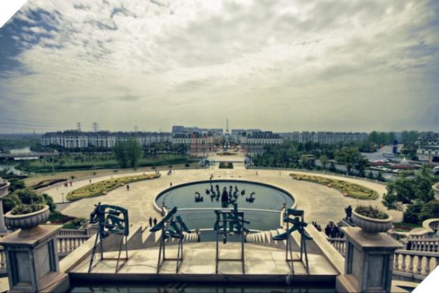 Rợn người trước khung cảnh vườn không nhà trống tại các thành phố ma ở Trung Quốc - Ảnh 6.