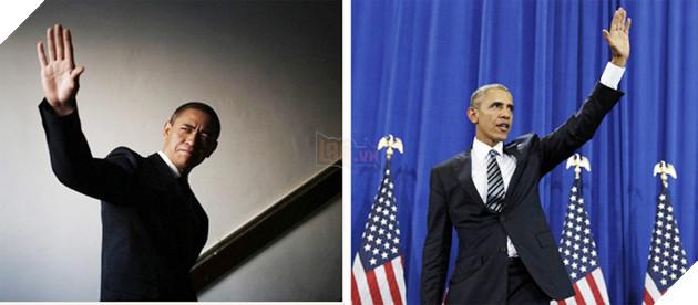 Xiao Jiguo (trái) bắt chước điệu bộ chào giống Tổng thống Barack Obama. Ảnh chụp màn hình trang web của Daily mail