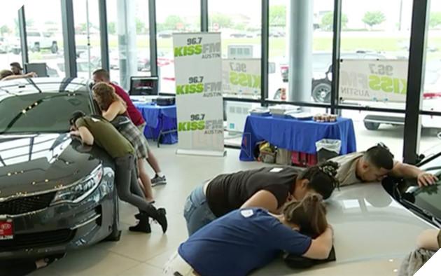 Hàng chục người ôm ấp lấy chiếc ô tô hôn sướt mướt như tình nhân - Ảnh 1.