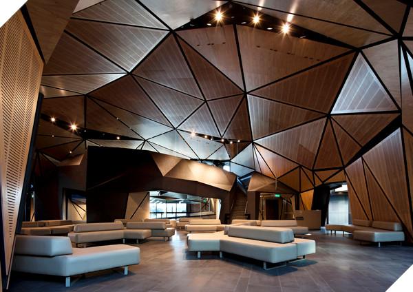Nội thất được thiết kế đơn giản, nhưng những diện trần và tường được bao bọc bởi các tấm low-poly độc đáo