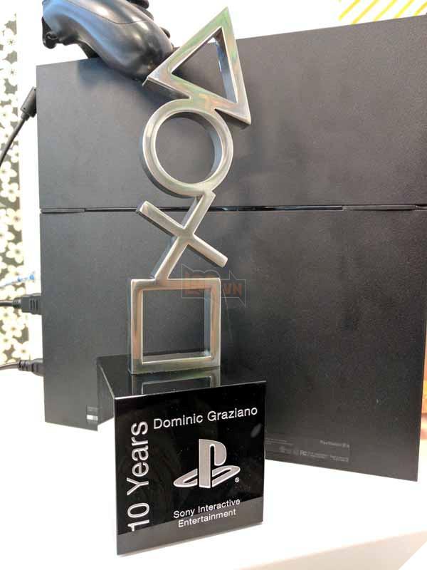 """Vâng, đúng là một bức tượng """"4 nút"""" huyền thoại của Sony"""