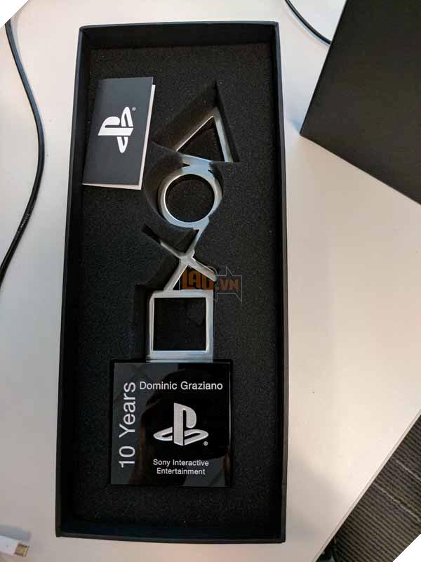 """""""Bóc tem"""" nào ... dường như là một bức tượng và một lá thư từ Sony"""