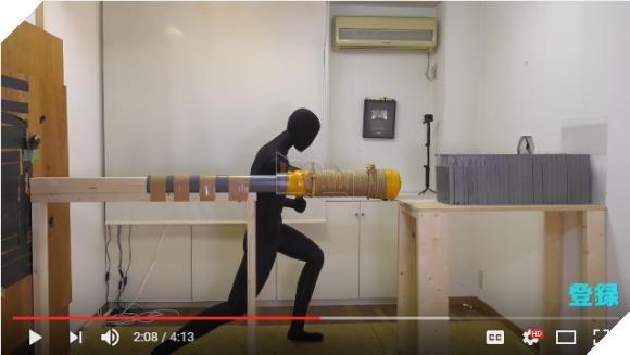 Sushi Ramen Riku sử dụng ống nước, băng dính, dây thừng, ma-nơ-canh và nhiều viên ngói cho thí nghiệm của mình