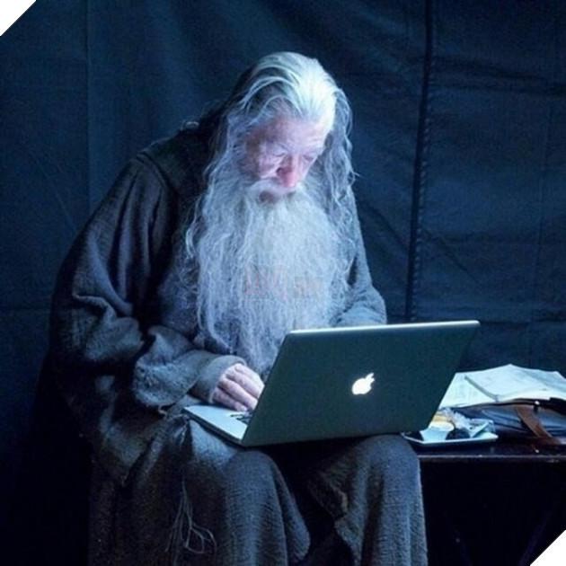 Có vẻ như trợ lý không có câu trả lời nên ngài Gandalf đáng kính phải tự Google bằng chiếc MacBook