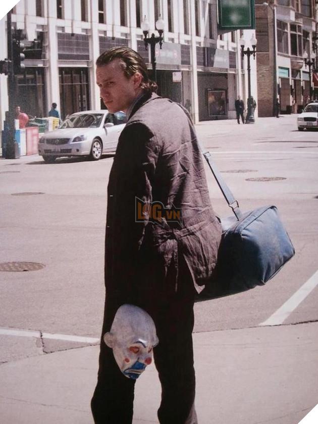 Còn đây là Jocker, anh chàng này đang đợi xe buýt để tới phim trường chiến đấu với Batman chăng?
