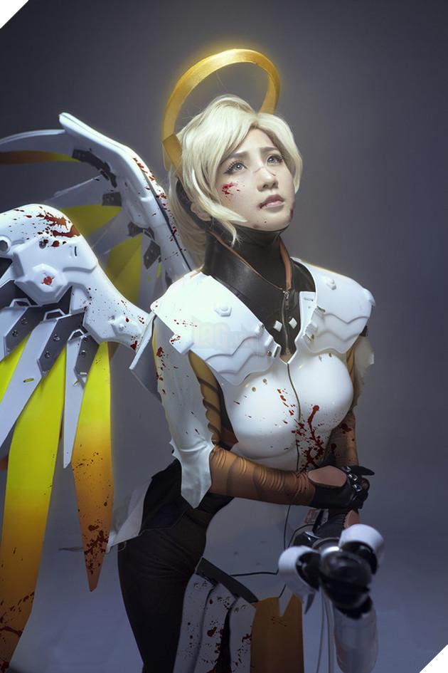 Tuyệt vời cosplay nữ tướng Mercy cực gợi cảm trong Overwatch