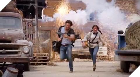 Isabela Moner phải chạy đua liên tục với Mark trên phim trường cháy nổ liên hồi