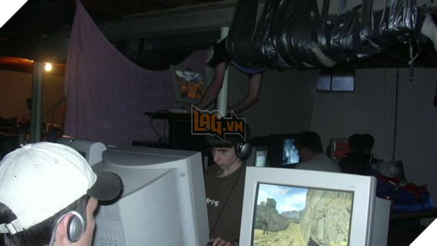Bức ảnh nổi tiếng về game thủ được dính lên trần nhà để chơi Counter-Strike - Một vị trí thuận lợi mà cũng bất lợi cho việc đá máy.