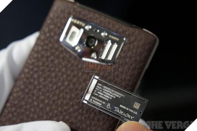 Từng chiếc điện thoại được lắp ráp thủ công bởi một người thợ tài năng.