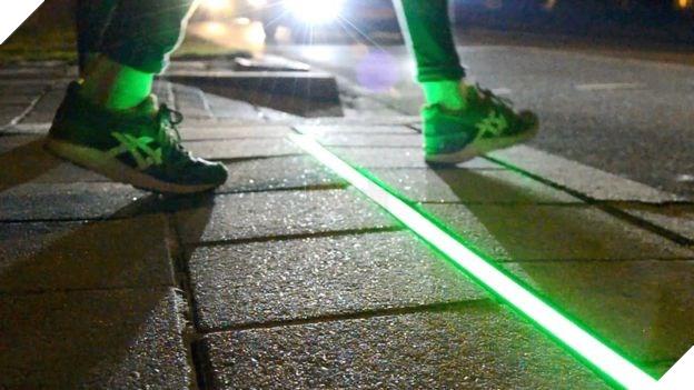 Chile lắp đặt đèn giao thông trên mặt đường cho người nghiện di động - Ảnh 1.