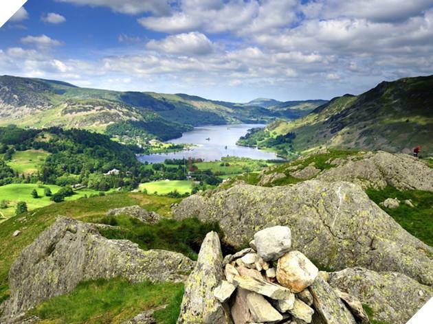 Đây cũng là nơi có những đỉnh núi cao nhất (như Scafell Peak), hồ sâu và dài nhất nước Anh (như Wastwater Lake và Windmere Lake).