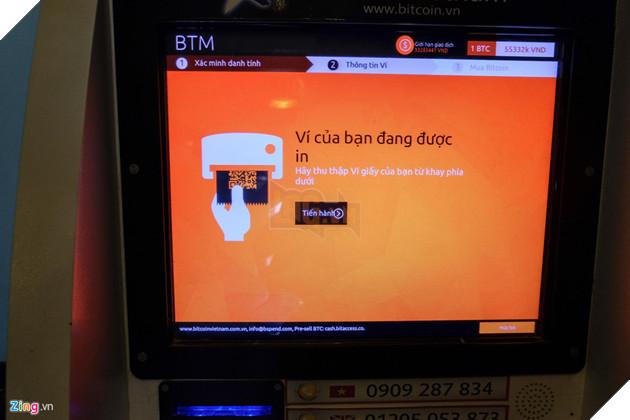 Sau khi xác minh số điện thoại, người dùng cần quét mã QR code ví Bitcoin của mình để giao dịch. Nếu chưa có ví riêng, máy sẽ giúp tạo một tài khoản tại Bitaccess và in ra dạng QR code. Người dùng không thể in lại nếu mất ví