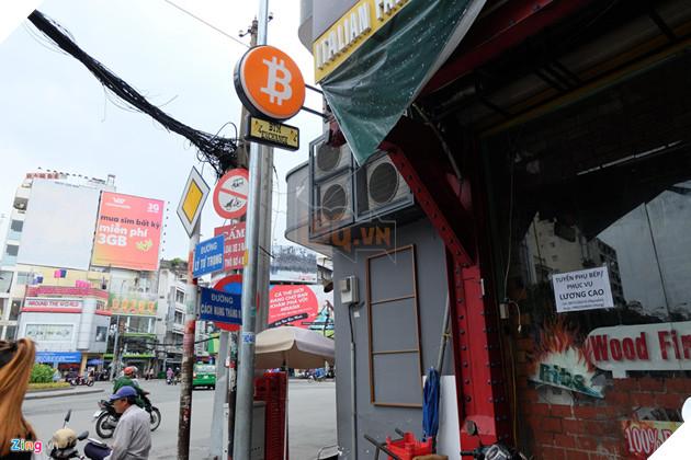 """Nằm bên trong một tiệm ăn ở Lý Tự Trọng, quận 1, TP.HCM, m áy giao dịch Bitcoin này được gọi là """"BTM"""" để phân biệt với các máy ATM thông thường. Theo ông Trịnh Minh Phúc, đồng sáng lập công ty Bitcoin Việt Nam, cửa hàng này của một người bạn. Máy BTM đặt ở đây để dễ quản lý giúp tiệm ăn đông khách hơn"""