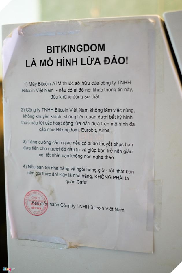 """Bên cạnh máy BTM là dòng thông báo từ  Bitcoin Việt Nam. Theo người đồng sáng lập, lợi dụng sự có mặt của chiếc máy này, nhiều cá nhân, tổ chức kinh doanh Bitcoin đa cấp không lành mạnh đã đến quay phim, chụp hình và """"nhận vơ"""" máy thuộc sở hữu của họ nhằm tăng tín nhiệm, lừa gạt người dùng"""
