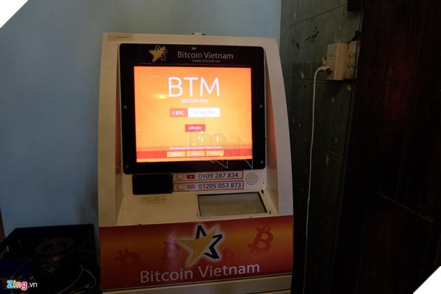 """Máy được kết nối trực tiếp với sàn giao dịch VBTC, điều hành bởi Công ty TNHH VBTC (Việt Nam) và Bit2C, một công ty Bitcoin có trụ sở tại Israel. Theo đại diện công ty chủ quản máy BTM, """"khi xảy ra bất cứ vấn đề giao dịch nào, khách hàng có thể liên hệ trực tiếp với nhân viên cửa hàng pizza hoặc liên lạc với công ty thông qua email"""""""