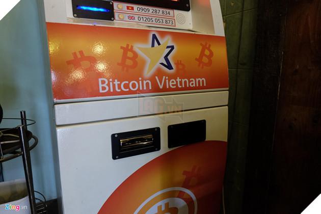 Bên dưới là khe nhận tiền mặt, sử dụng tiền Việt với mệnh giá thấp nhất 100.000 đồng