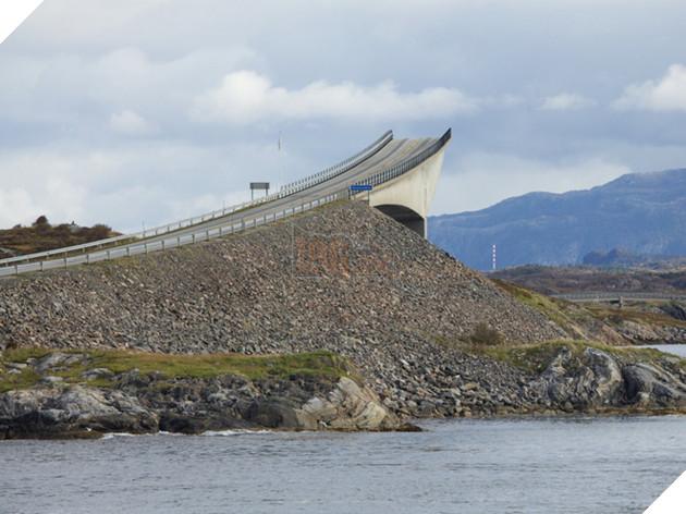 """Cây cầu trên đường Atlantic thuộc Na Uy có lẽ cũng khá nổi tiếng vì thường xuất hiện trên mạng ở một góc chụp khiến nó như bị """"chặt đứt giữa không trung. Nhưng đây chỉ là ảo giác do góc chụp mà thôi, câu cầu này là nổi ám ảnh với các tài xế vì một điều khác."""