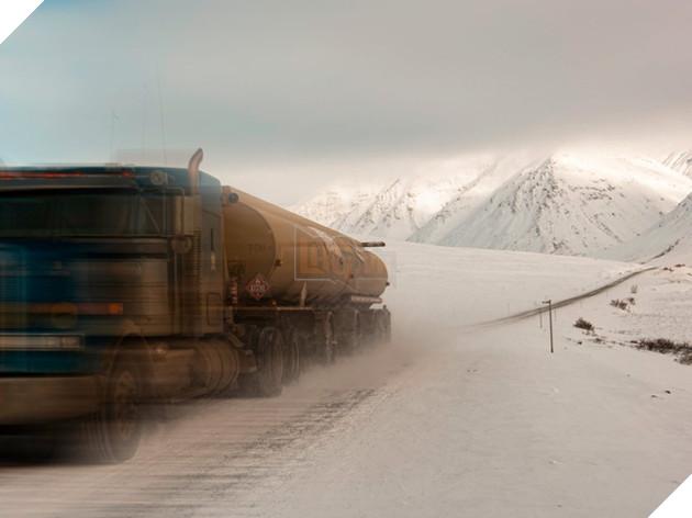 Đối với cánh tài xế Alaska, Cao tốc Dalton là một cơn ác một thật sự. Với độ dài gần 650m, nó băng xuyên qua các cánh rừng, lãnh nguyên và qua con sông Yukon để đến điểm cuối là Bắc Băng Dương.