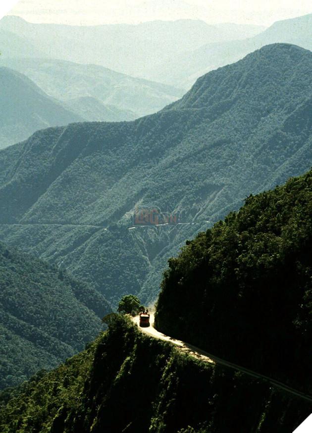 Tại Brazil có một cung đường được mệnh danh là Death Road. Đúng như cái tên, tuyến đường tử thần này cướp đi sinh mạng của gần 300 tài xế và những vận động viên xe đạp mỗi năm do họ té ngã từ dãy Andes xuống rừng mưa 3.300m bên dưới.