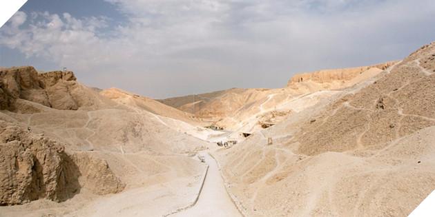 """Bạn hãy thử tìm kiếm con đường Luxor-al-Hurghada tại Ai Cập trên Google thì sẽ nhận được kết quả đầu tiên là: """"Nó có an toàn với du khách không?"""". Thứ nguy hiểm của con đường này không nằm ở địa hình."""
