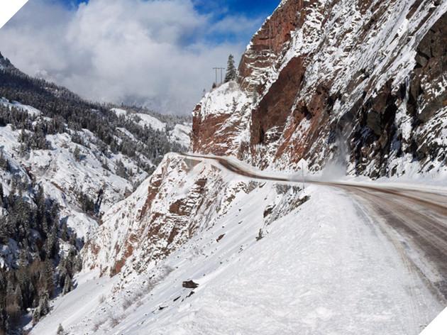 """Được cư dân địa phương gọi bằng cái tên """"sang chảnh là Cao tốc Triệu Đô (Million Dollar Highway). Con đường cao tốc tại Colorado có cái tên này vì từng có một """"truyền thuyết kể rằng từ xưa, có một lữ khách đi qua con đường này và khi được hỏi có dám đi lại lần nữa không, người này bảo phải cho ông 1 triệu USD thì mới dám quay lại."""