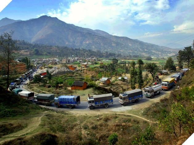 Dài 175km, những tài xế đi trên cao tốc Prithvi sẽ có cơ hội ngắm nhìn nét hùng vĩ của dãy Himalayas và các khu tôn giáo lớn nhât Nepal, nhưng đây không phải là con đường trong mơ.