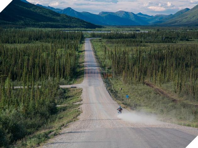 Cao tốc Dalton chủ yếu chỉ trải bằng đá sỏi, được tạo ra để phục vụ cho đường ống dẫn dầu Alaska. Xuyên suốt tuyến đường là những tấm bảng cảnh báo đường gồ ghề và tuyết lỡ.