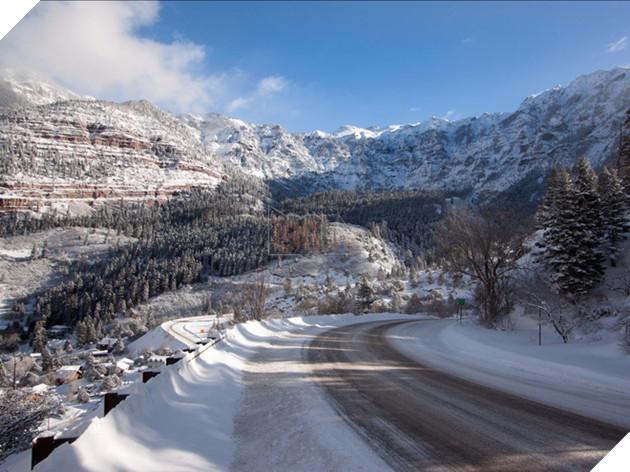 Cao tốc Triệu Đô có tên thật là US Route 550, đây là đoạn đường vượt núi dài 3000m, có rất nhiều vách núi nguy hiểm và các khúc cua gắt.