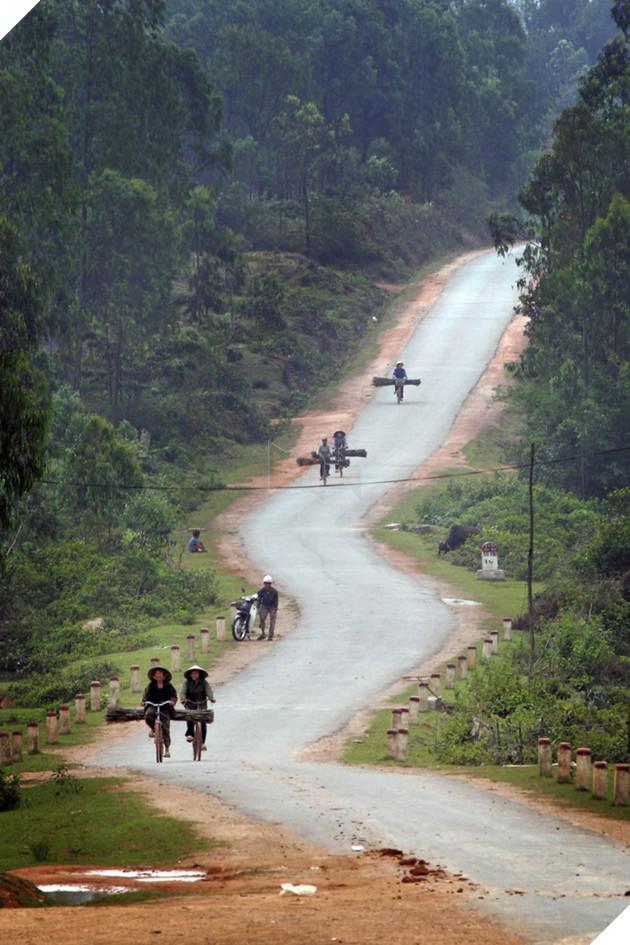Đường mòn Hồ Chí Minh của Việt Nam cũng được Bussiness Insider đưa và danh sách những con đường đáng sợ nhất thế giới. Tuyến đường lịch sử này trải dài xuyên qua núi rừng và các cánh đồng gạo thuộc Việt Nam Lào và Campuchia, đây là mạng lưới giao thông, vận chuyển lương thực, vũ khí và binh lực chiến lược trong thời chiến.