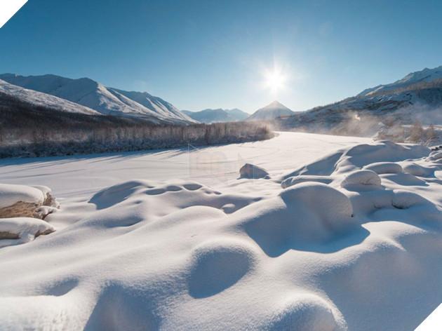 Với độ dài khoảng 160km, cao tốc Kolyma đi qua vùng phí đông hoang vắng của nước Nga là một trong những cung đường lạnh nhất thế giới, xuyên suốt tuyến đường này có rất ít nơi dừng chân. Không những thế, nhiều tài xế còn bị gấu tấn công ngay cả ban ngày khi đi qua đây.