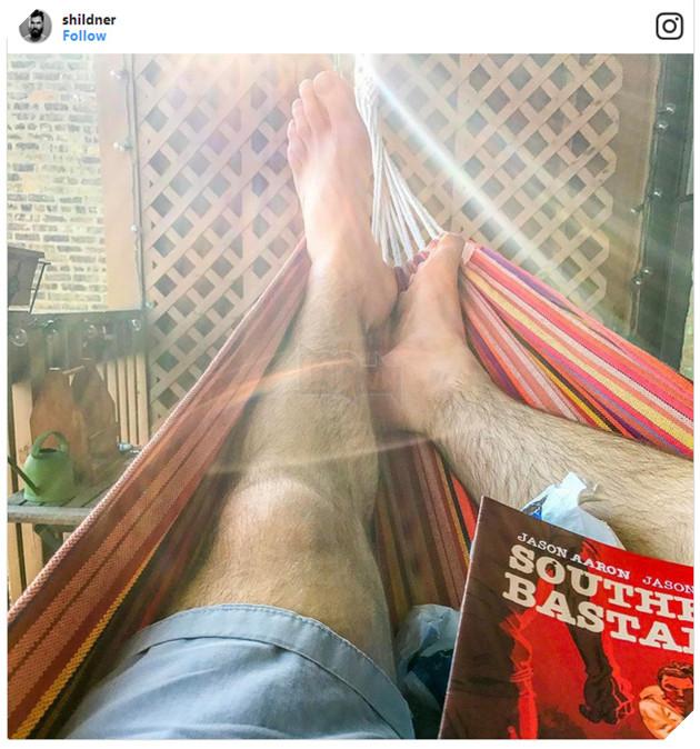 Shaun Hildner, một nhân viên sản xuất video sống tại Chicago đang khoe ảnh nằm võng ở nhà và đọc sách trên trang instagram cá nhân. Dù nơi sống ở cùng thành phố với văn phòng công ty nhưng anh chủ yếu chỉ nằm... ở nhà để làm việc