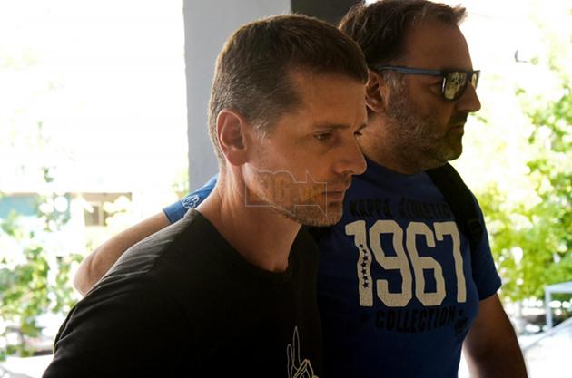 Nghi phạm Alexander Vinnik (bên trái) bị cảnh sát mặc thường phục áp giải tới một phiên tòa ở Hy Lạp ngày 26/7/2017.
