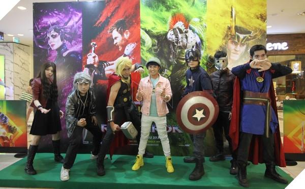 """Huỳnh Lập chụp ảnh lưu niệm cùng dàn Cosplayer """"Biệt đội Marvel Việt Nam"""""""