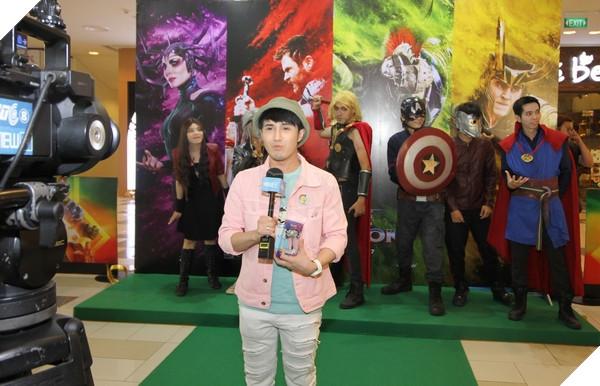 Huỳnh Lập trả lời phỏng vấn đàiVTC8bên cạnh dànCosplayerViệt Nam