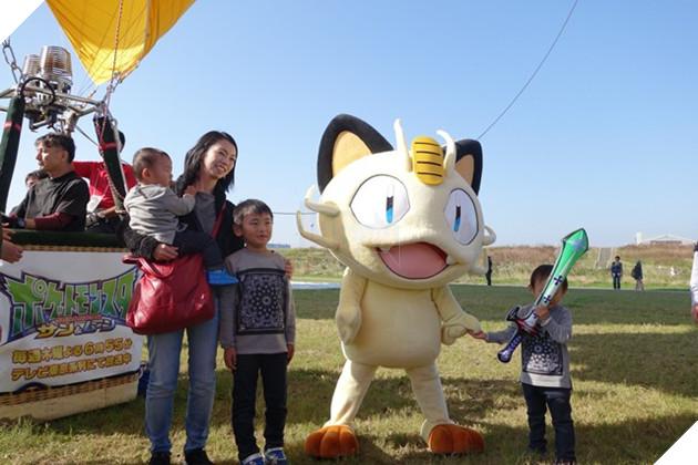 Fan Pokemon bất ngờ vì sự xuất hiện của khinh khí cầu Meowth trên bầu trời