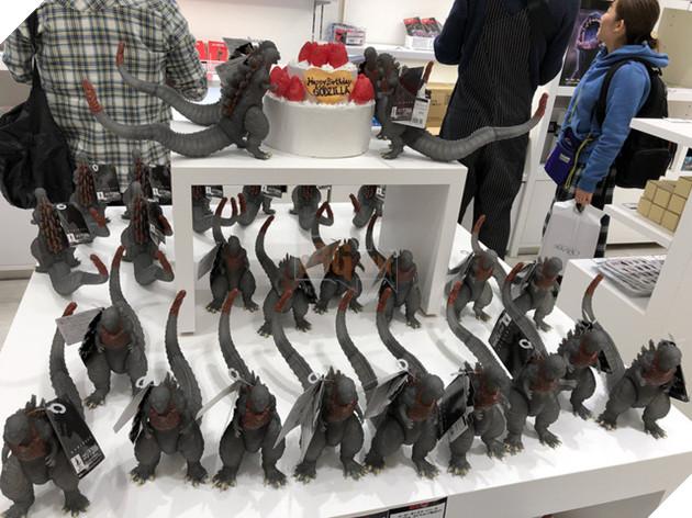 """Cùng ngắm nghía cửa hàng Godzilla """"chính hiệu"""" đầu tiên trên thế giới!"""