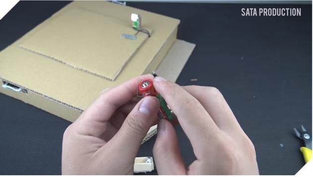 Làm game Flappy Bird từ bìa các tông và pin con thỏ, chơi như thật - Ảnh 1.