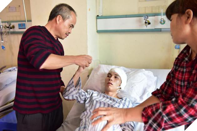 Bố Lưu Như Thiên chăm sóc con trai