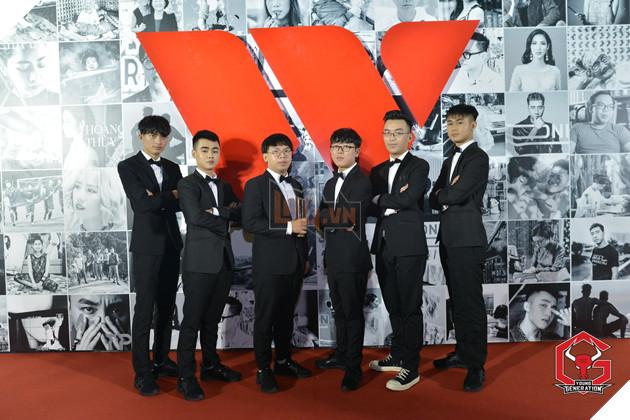 """Vừa đại phá GAM xong, Young Generation lịch lãm như """"trai Hàn"""" tham dự gala Wechoice Awards 2017, chụp chung với cả Đức Phúc"""