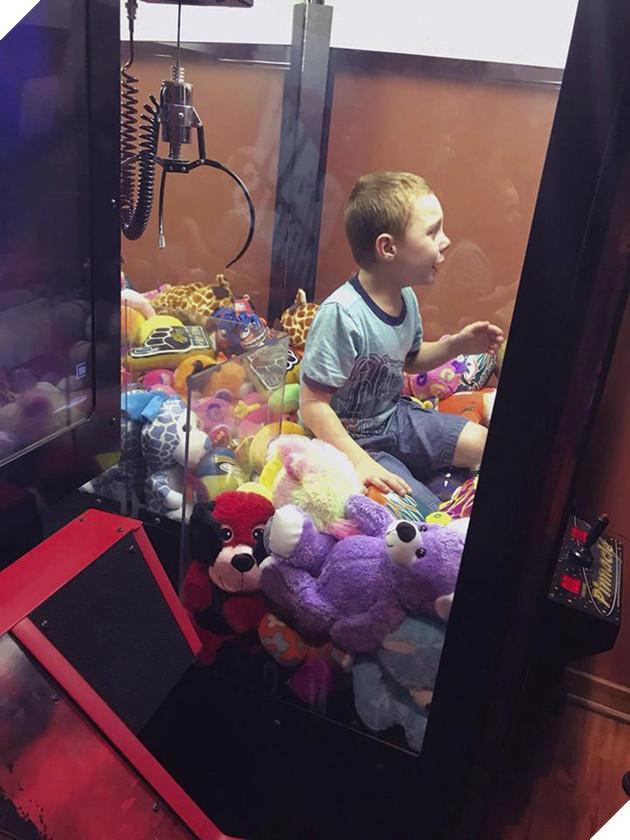 Muốn lấy thú bông trong máy gắp thú, cậu bé tội nghiệp bị mắc kẹt luôn bên trong, phải nhờ người giải cứu - Ảnh 1.