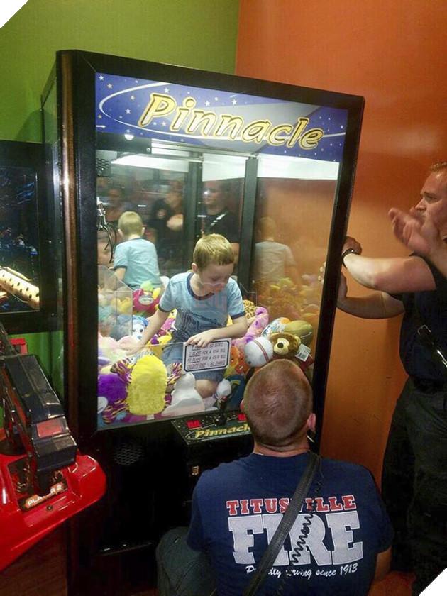 Muốn lấy thú bông trong máy gắp thú, cậu bé tội nghiệp bị mắc kẹt luôn bên trong, phải nhờ người giải cứu - Ảnh 2.