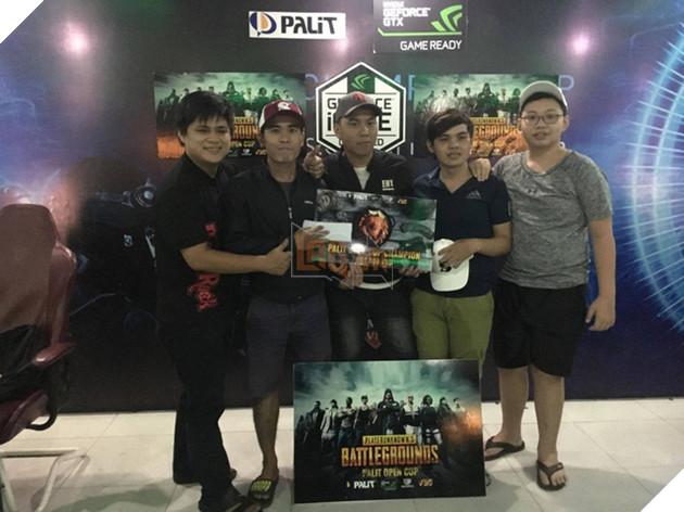 Niềm vui của các thành viên đội vô địch, với phần thưởng 7.000.000 là tiền mặt