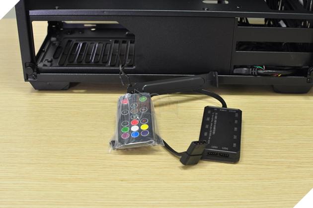 Vỏ case đi kèm với bộ điều khiển đèn LED