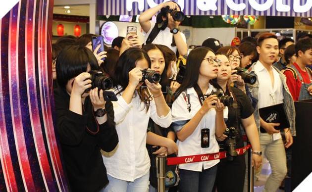 Rất đông người hâm mộ tìm cách chụp hìnhJun Vũ