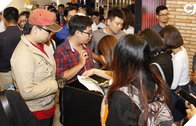 Các khách mời check-in để nhận vé xem trước phim