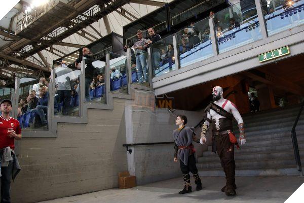 Tranh thủ game chưa ra mắt, cha con nhà Kratos rủ nhau đi xem derby thành Rome - Ảnh 3.