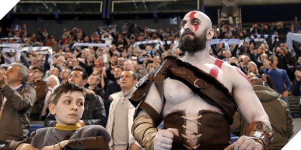 Tranh thủ game chưa ra mắt, cha con nhà Kratos rủ nhau đi xem derby thành Rome - Ảnh 1.