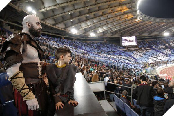 Tranh thủ game chưa ra mắt, cha con nhà Kratos rủ nhau đi xem derby thành Rome - Ảnh 2.