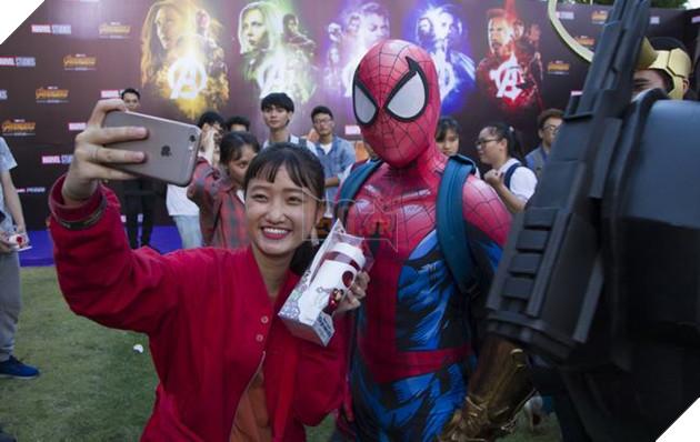 Cosplayer Spider-Man chụp chung với người hâm mộ (Đứng gần đó làWar Machine)